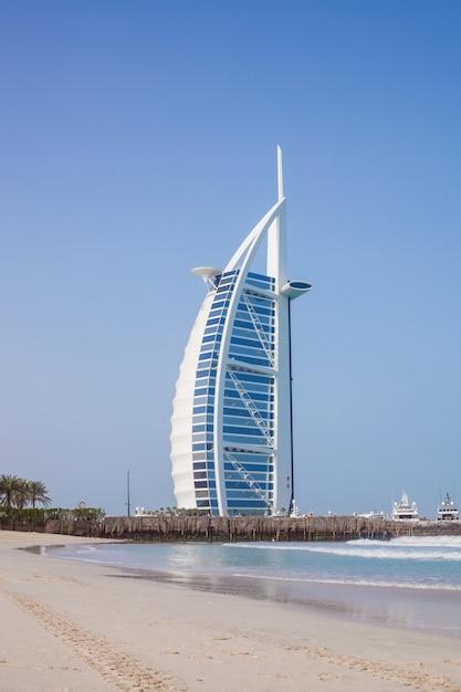Burj al-arab tagsüber. meer und blauer himmel Premium Fotos