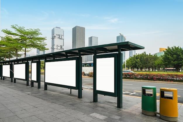 Bushaltestelle-anschlagtafel auf stadium, shenzhen, porzellan Premium Fotos