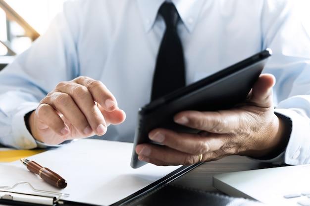 Business executive auditor mit tablet für daten-bericht investitionen Premium Fotos