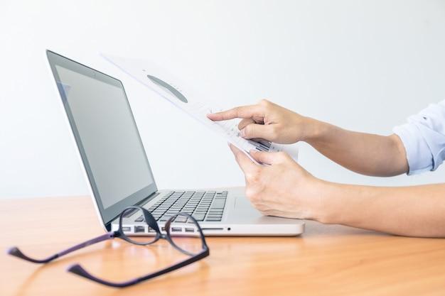 Business-frau arbeitet im büro mit laptop und dokumente auf seinem schreibtisch. geschäftskonzept. Premium Fotos
