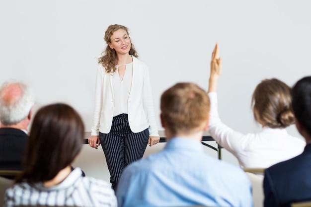 Business-frau geben einen vortrag Kostenlose Fotos