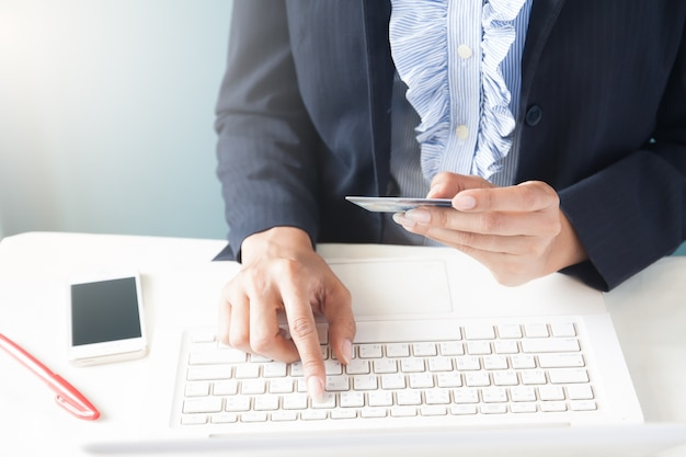 dfc7218431189c Business-frau in dunklen anzug mit kreditkarte und mit laptop, business-und  online