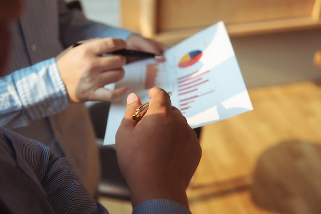 Business-gruppe treffen unternehmensdiskussionsinvestitions- und -investitionskonzept im konferenzsaal. Premium Fotos