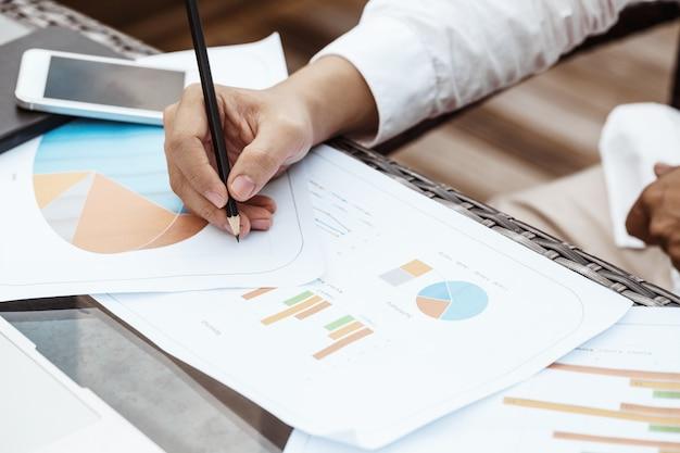 Business-Konzept - Junge Business-Mann woking auf Finanzplan. Strategieanalyse Kostenlose Fotos