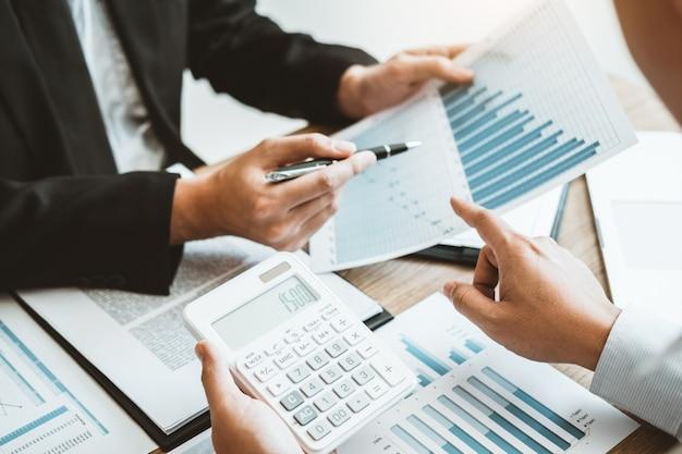 Business team consulting meeting arbeiten und brainstorming neue geschäftsprojektfinanzierung investition. Premium Fotos