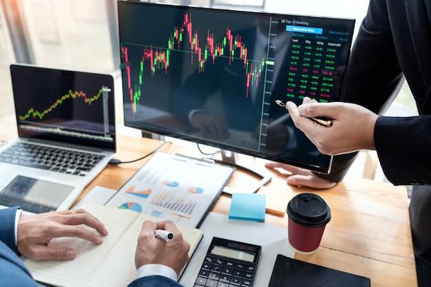 Business team investment entrepreneur trading diskutiert und analysiert daten der börsendiagramme und zeigt das verhandlungs- und forschungsbudget Premium Fotos