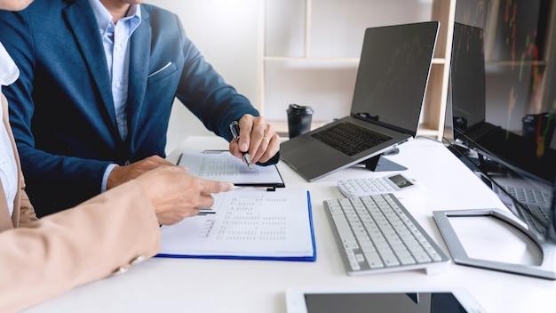 Business team investment entrepreneur trading diskutiert und analysiert daten der börsendiagramme Premium Fotos