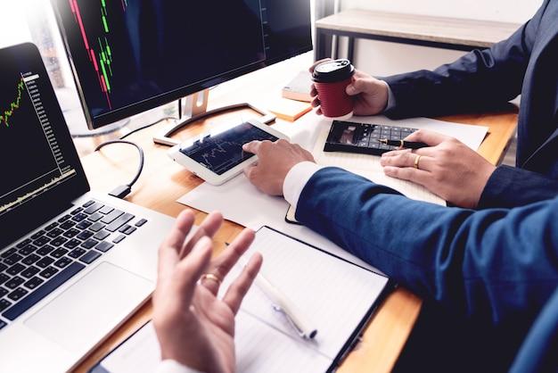 Business team investment entrepreneur trading diskutiert und analysiert daten Premium Fotos