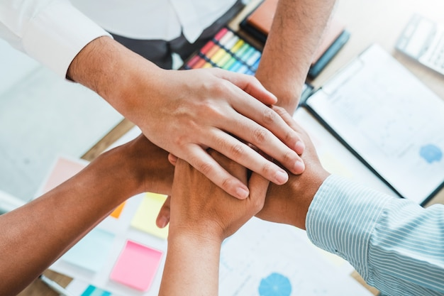 Business teamwork hände teamgeist zusammenarbeit beitreten Premium Fotos