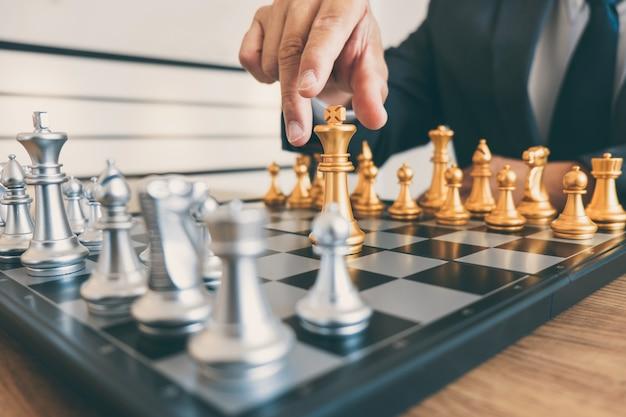 Businessman führung spielt schach und strategieplan über absturz denken stürzen die gegnerische mannschaft und entwicklung analysiert für eine erfolgreiches unternehmen Premium Fotos