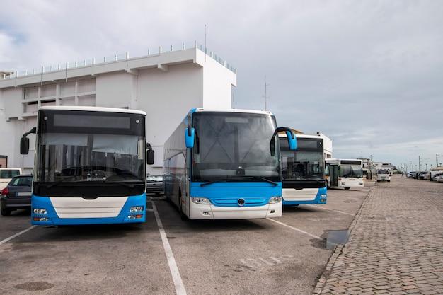 Busse in der stadt geparkt Premium Fotos
