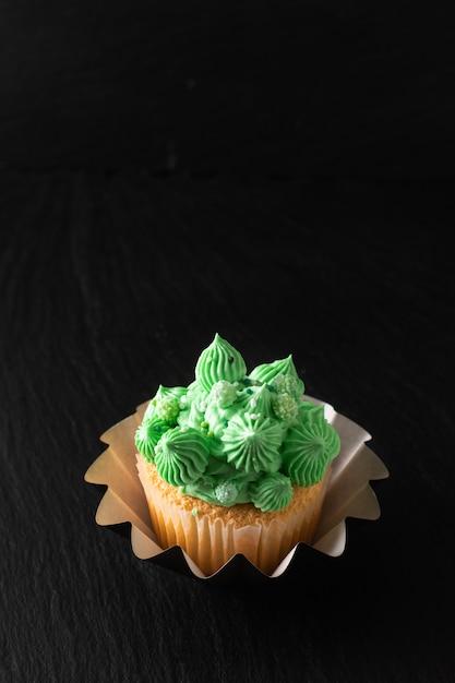 Buttercreme ton des selbst gemachten schwammvanillekleinen kuchens der bäckerei auf schwarzem Premium Fotos