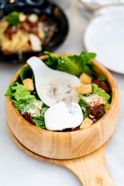 Caesar salat auf holzschale Premium Fotos