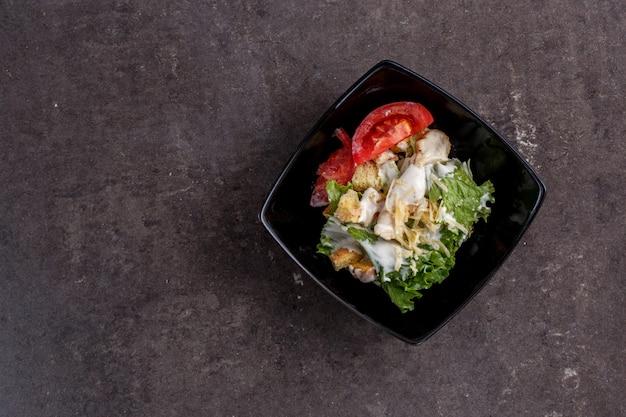 Caesar-salat in einem schwarzblech Premium Fotos