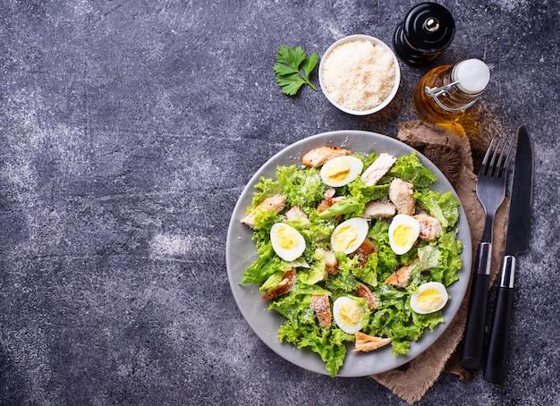 Caesar-salat mit eiern, hühnchen und parmesan Premium Fotos
