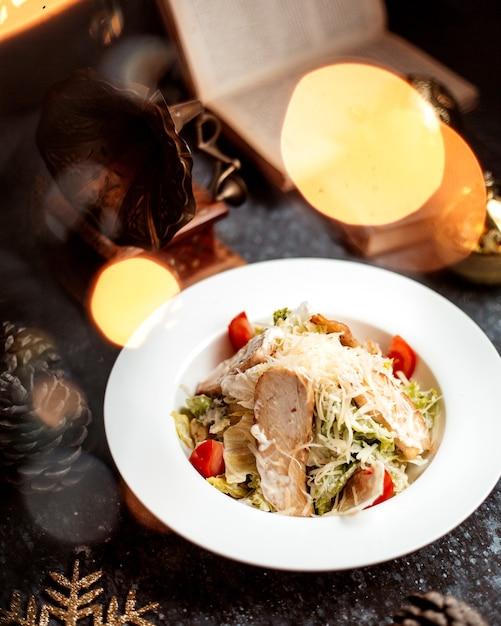 Caesar salat mit hähnchenfilet Kostenlose Fotos