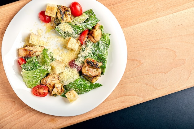 Caesar-salat mit huhn auf holztisch Premium Fotos