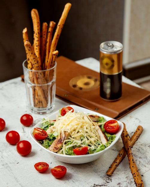 Caesar-salat mit huhn und crackern Kostenlose Fotos