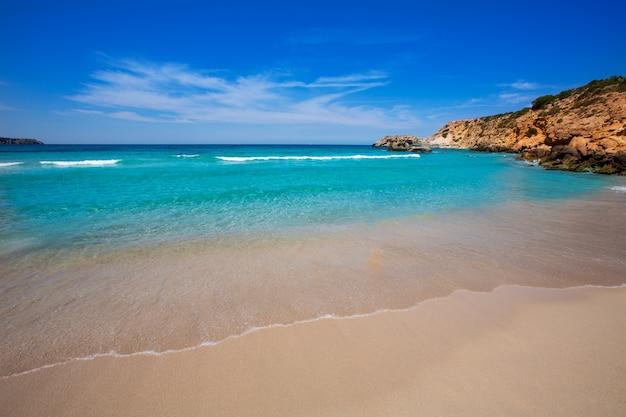Cala tarida in ibiza strand in den balearen Premium Fotos