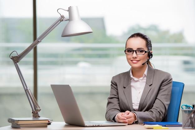 Call-center-betreiber arbeitet an ihrem schreibtisch Premium Fotos