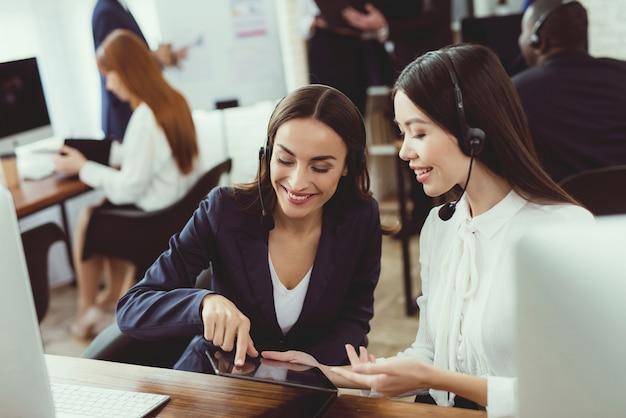 Callcenter-betreiberinnen kommunizieren miteinander. Premium Fotos