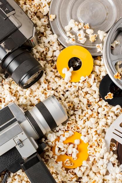 Camcorder-kamera mit filmrollen auf popcorn Kostenlose Fotos