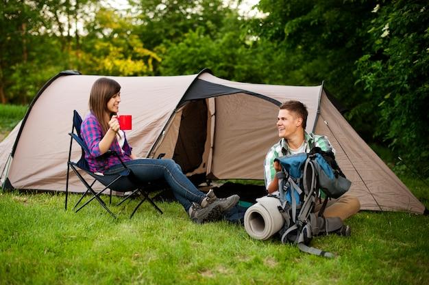 Camping des jungen paares Kostenlose Fotos