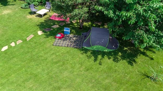 Camping-luftbild von oben zelt und campingausrüstung unter baumfamilienurlaub im camp im freien konzept Premium Fotos