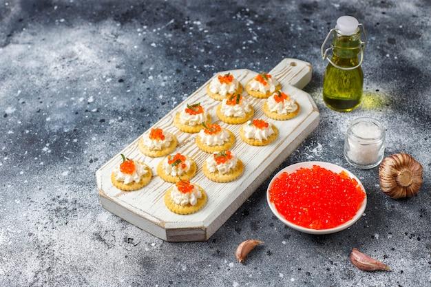 Canape mit rotem kaviar für party. Kostenlose Fotos