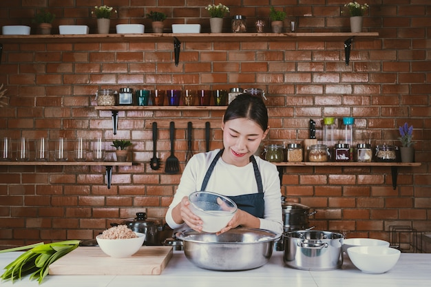 Candy girl in der küche. Kostenlose Fotos