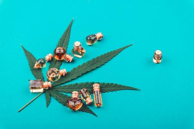 Cannabis, cannabisölextrakte in gläsern Premium Fotos