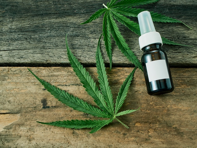 Cannabis mit extraktöl in einer flasche Premium Fotos