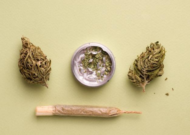 Cannabis-zigarette auf grünem hintergrund Premium Fotos