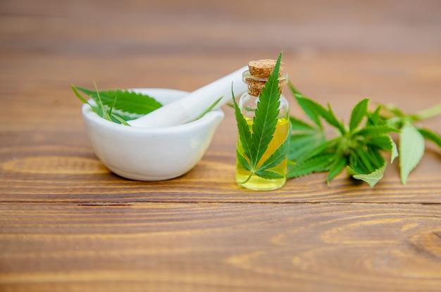 Cannabiskraut und blätter zur behandlung von brühe, tinktur, extrakt, öl. Premium Fotos