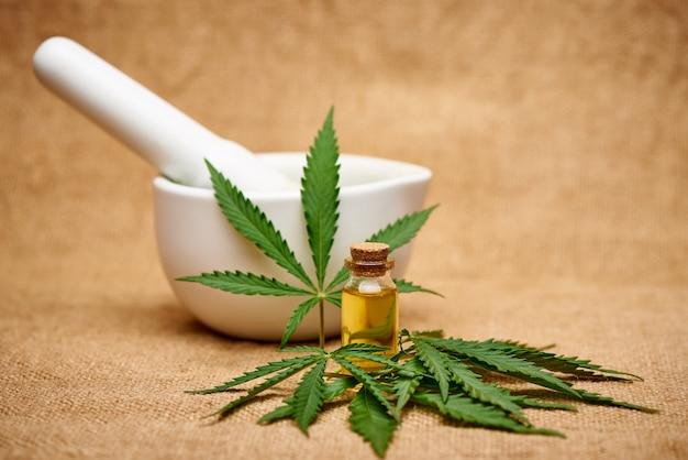 Cannabisölextrakt und mörtel auf sackleinen. Premium Fotos