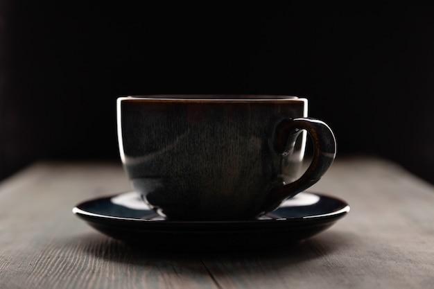 Cappuccino in der kaffeetasse auf dunklem hintergrund Premium Fotos