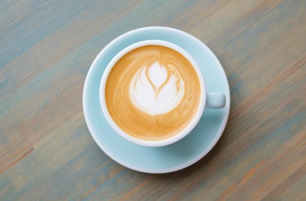 Cappuccinokaffee in einer blauen schale. veganer kaffee. Premium Fotos