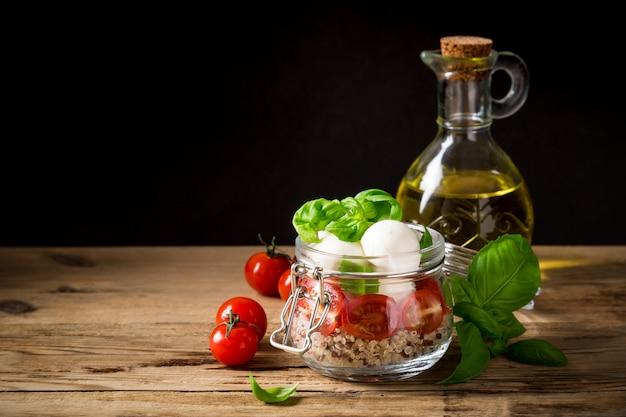 Caprese-salat im glas. Premium Fotos