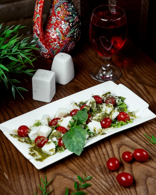 Caprese-salat mit kirschtomaten Kostenlose Fotos