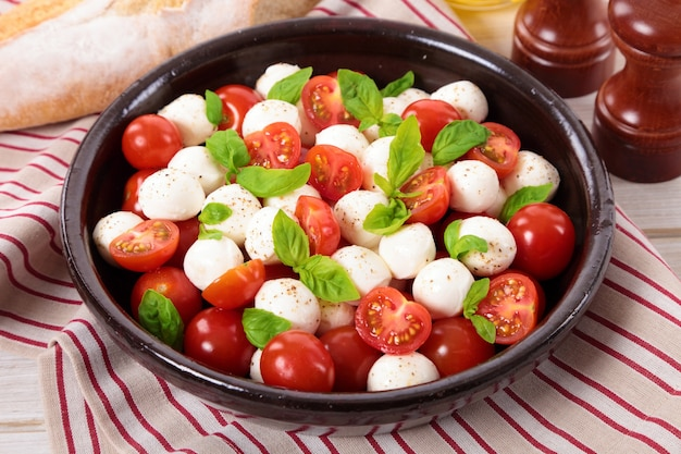 Caprese-salat mit mozzarella-käse Kostenlose Fotos