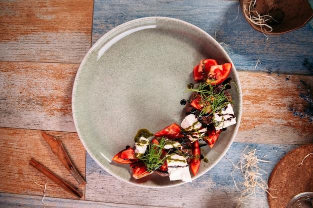 Caprese-salat mit pferdefleisch-salakis-käse Premium Fotos