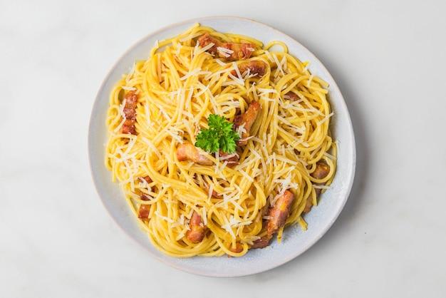 Carbonara pasta, spaghetti mit guanciale, ei, hartparmesan und petersilie. traditionelle italienische küche Premium Fotos