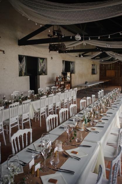 Catering-abendessen im freien bei der hochzeit mit hausgemachter dekoration garniert Premium Fotos
