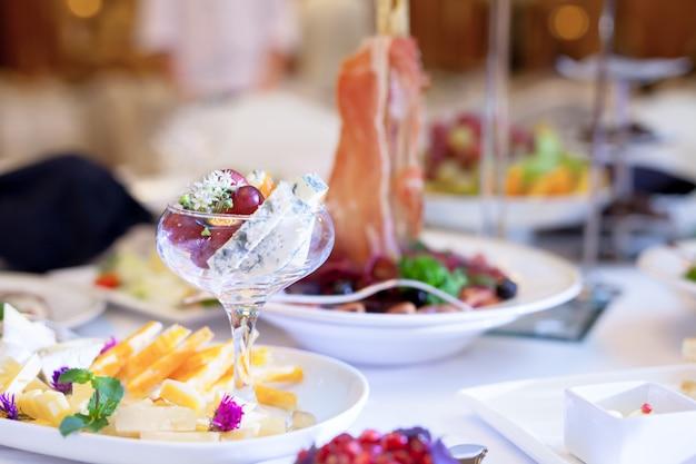 Catering-service. tisch decken. Premium Fotos