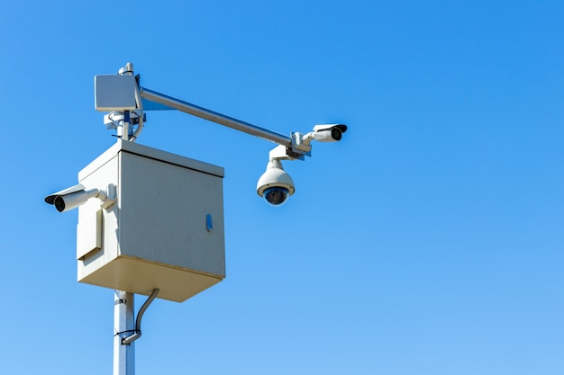 Cctv-kamera am himmel infrarot-kamera und zoom-tracking-system Premium Fotos