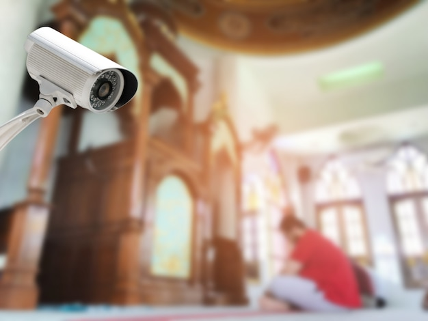 Cctv-systemsicherheit oder überwachungskameraüberwachung in der zusammenfassung verwischt von der innenmoschee. Premium Fotos