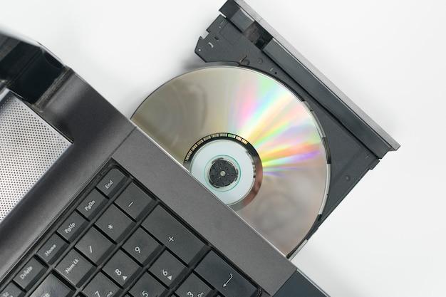 Cd in die schublade des sd-laufwerks des laptops eingelegt Premium Fotos
