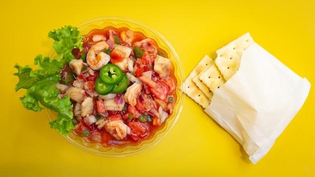 Ceviche mit gelbem hintergrund Premium Fotos