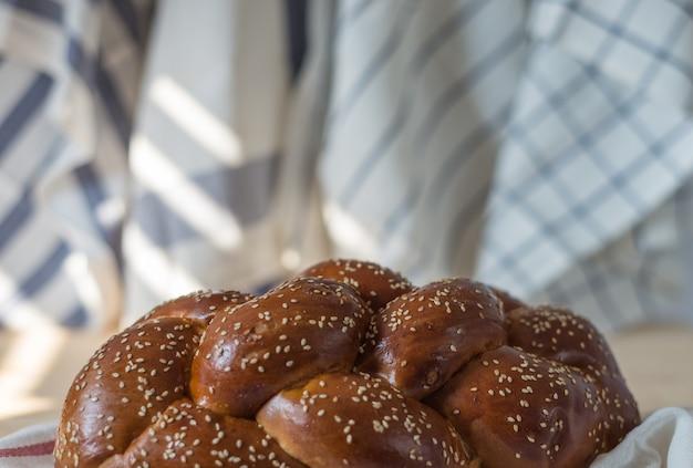 Challah-brot oder traditionelles jüdisches brot auf einer hölzernen platte auf holztisch Premium Fotos