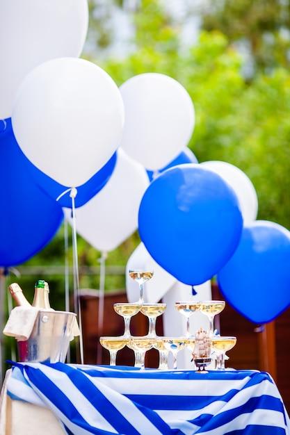 Champagne-gläser, die in einem turm an der party stehen. Premium Fotos